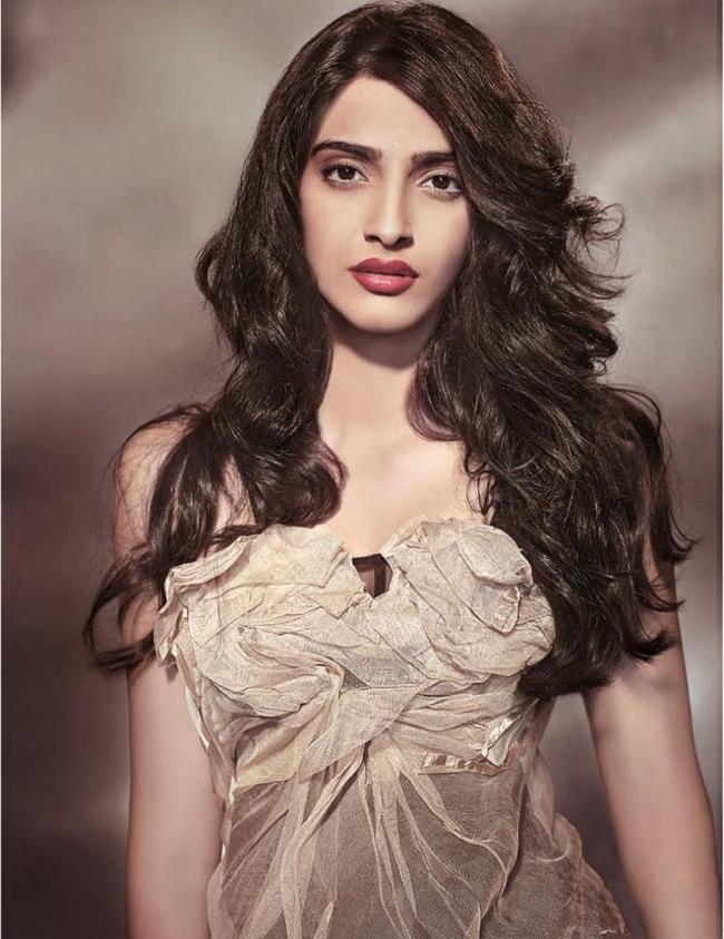 Sinh năm 1985 ở Chembur, Bombay, Sonam Kapoor là con cả trong gia đình có ba người con của nghệ sỹ Anil Kapoor và bà Sunita Kapoor.
