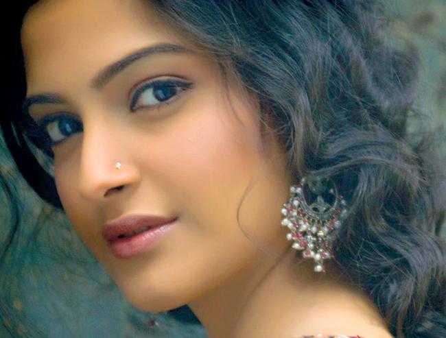 Giành giải Ngôi sao ngày mai năm 2008. Đến năm 2010, sự nghiệp diễn xuất  của cô bắt đầu khởi sắc với vai diễn trong bộ phim 'I Hate Luv Storys',  đóng cùng Imran Khan. Cùng năm đó, cô đã xuất hiện tại Liên hoan phim  Cannes 64. Cô cũng là gương mặt đại diện cho thương hiệu nổi tiếng  L'Oréal ở Ấn Độ .
