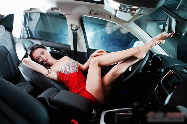 Vòng 1 tròn trịa 'khiêu khích' Rolls-Royce Diễm My 9x 'lột bỏ xiêm y' bên xế sang Chân dài mặc như không tại triển lãm xe Nữ y tá nóng bỏng bên Ducati Monster
