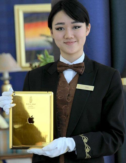 Thuê khách sạn, được phát iPad nạm vàng - 1
