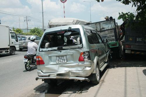 Hai vụ tai nạn liên hoàn, QL 1A kẹt cứng - 1