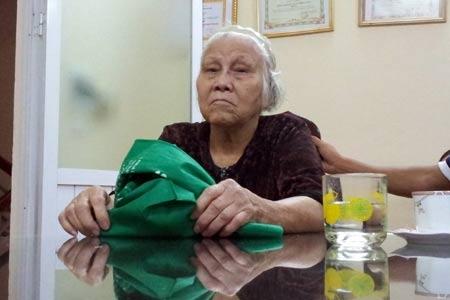 CSGT Hà Nội giúp cụ bà đi lạc về với gia đình - 1