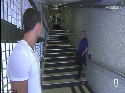 """Mourinho bị """"quây"""" ngay trên sân - 1"""