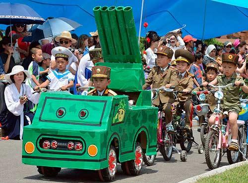 """Trẻ em Triều Tiên lái """"xe tăng"""" mừng 1/6 - 1"""