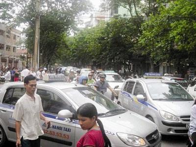 Taxi Hà Nội: Vừa hô cấm vừa cấp phép - 1