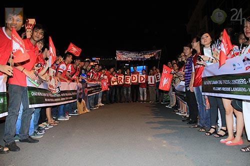Ljungberg ký tặng fan tại Tân Sơn Nhất - 1