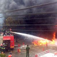 Lính cứu hỏa vật lộn chữa cháy cây xăng