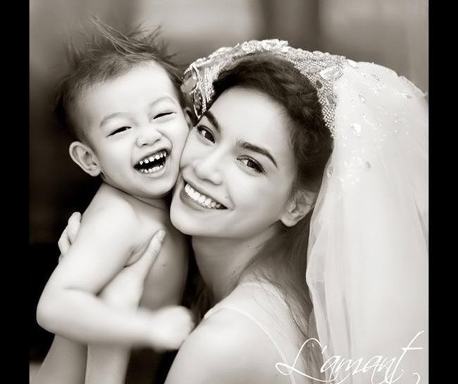 Mới đây, rất nhiều độc giả đã vô cùng bất ngờ khi hình ảnh của mẹ con Hà Hồ, Subeo thực hiện trong studio được một nhiếp ảnh gia tung lên mạng.