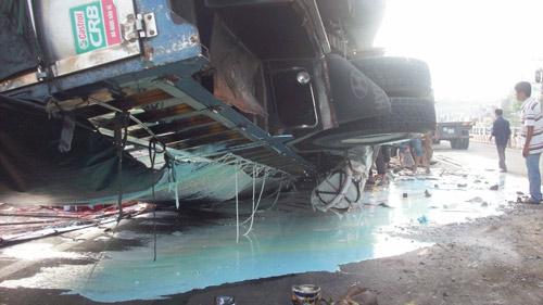 Xe tải lật trên cầu vượt, sơn đổ tràn đường - 1