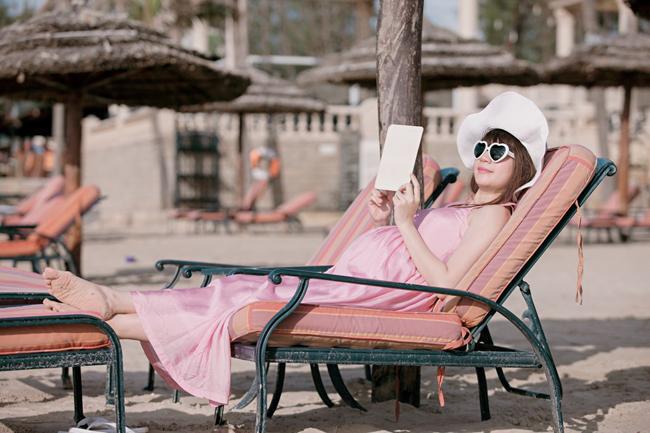 Mới đây, loạt ảnh MinhHà - vợ Lý Hải khoe bụng bầu 9 tháng tại bãi biển đã thu hút rất nhiều sự chú ý từ độc giả.