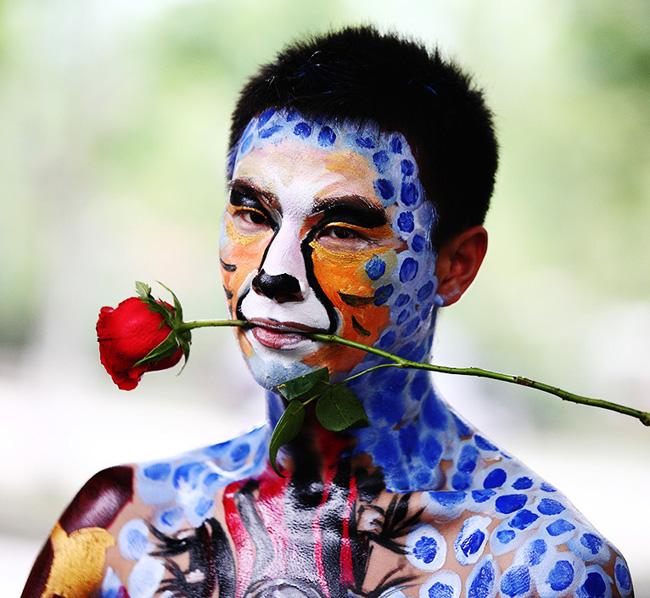 Ngậm hoa và vẽ hình da hổ