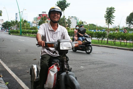 Người khuyết tật mỏi mòn chờ bằng lái - 1