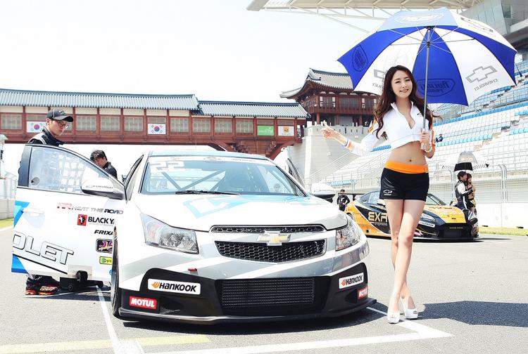 Vẻ đẹp trong sáng nhưng đầy quyến rũ của mỹ nữ xứ Hàn khi xuất hiện trên đường pitch cũng khiến cho cuộc đua thêm phần khốc liệt.