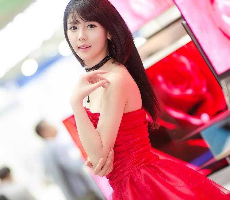 Mặc dù lạc giữa rừng TV với màn hình rực sáng, nhưng người đẹp với chiếc váy đỏ vẫn rất nổi bật và thu hút mọi ánh nhìn.