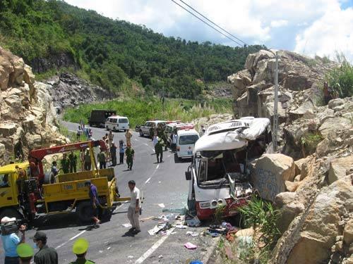 Ô tô lao vào núi: Đưa thi thể nạn nhân về quê - 1
