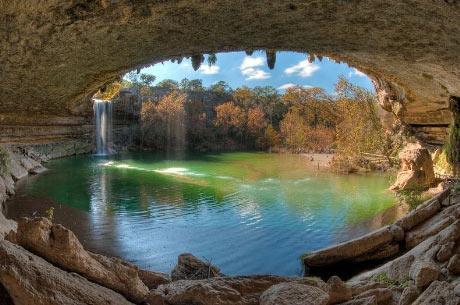 Hồ nước đẹp lung linh dưới mỏm đá - 1