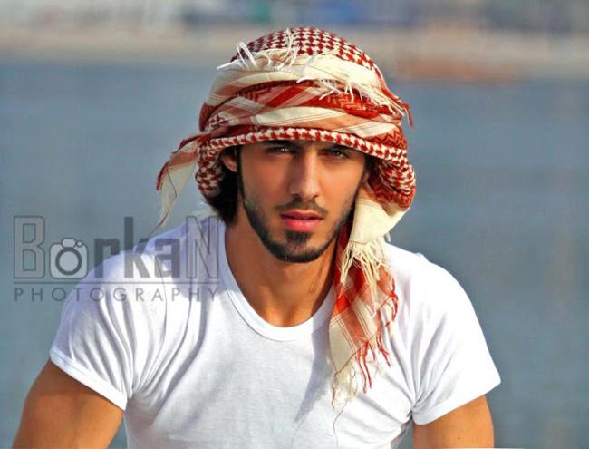 """9.Omar Borkan Al Gala nổi tiếng khi trở thành nhân vật chính của vụ """"bị trục xuất vì quá đẹp trai""""."""