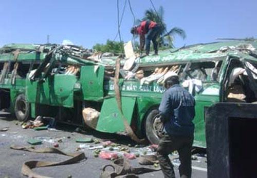 Xe khách lao vực, 3 người chết tại chỗ - 1