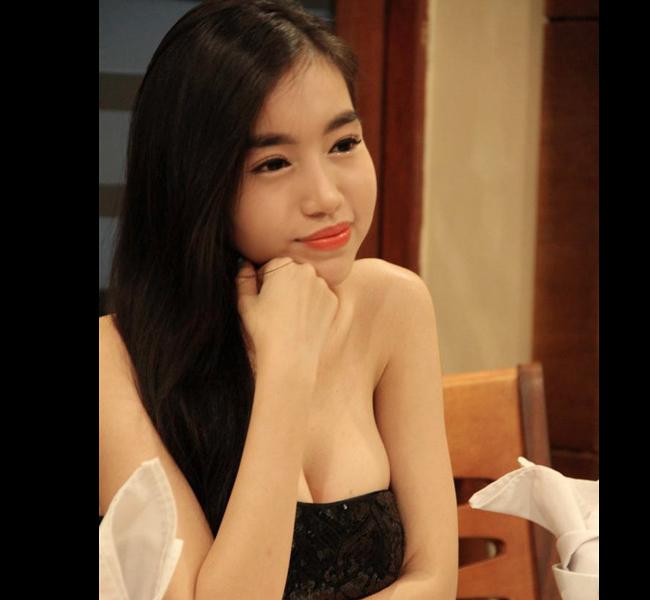 Trong giới showbiz Việt, Elly Trần có lẽ là mỹ nhân sở hữu bộ ngực 'đắt giá' nhất. Cô được biết đến với biệt danh 'ngực khủng' với rất nhiều hình ảnh khoe ngực gợi cảm. Cũng chính nhờ bộ ngực này nên Elly Trần luôn là cái tên được báo chí trong nước và cả nước ngoài thường xuyên nhắc đến.