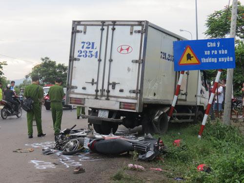 Hãi hùng xe máy va ô tô, 6 người tử vong - 1