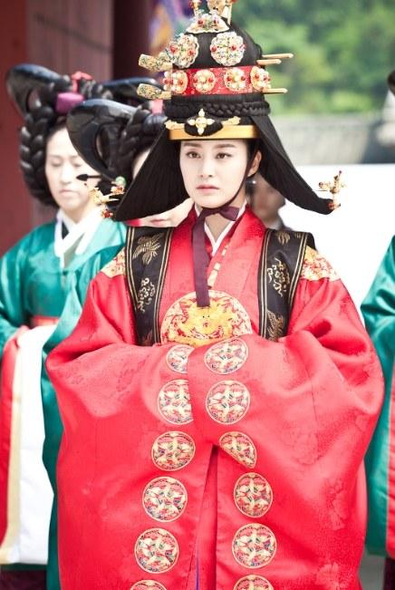Ngắm hanbok 200 triệu của Kim Tae Hee - 1