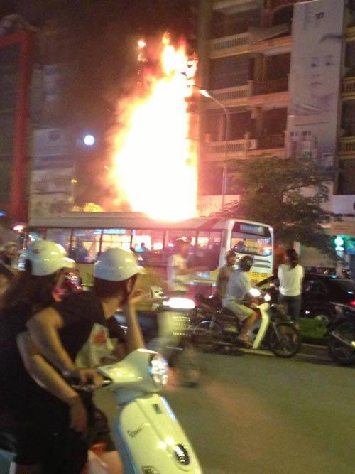 HN: Cháy lớn tại quán karaoke trên phố Xã Đàn - 1