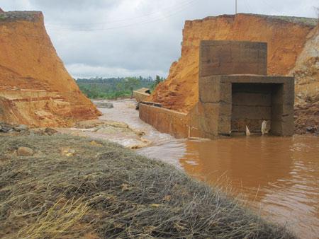 Dân kinh hoàng kể lại vụ vỡ đập thủy điện - 1