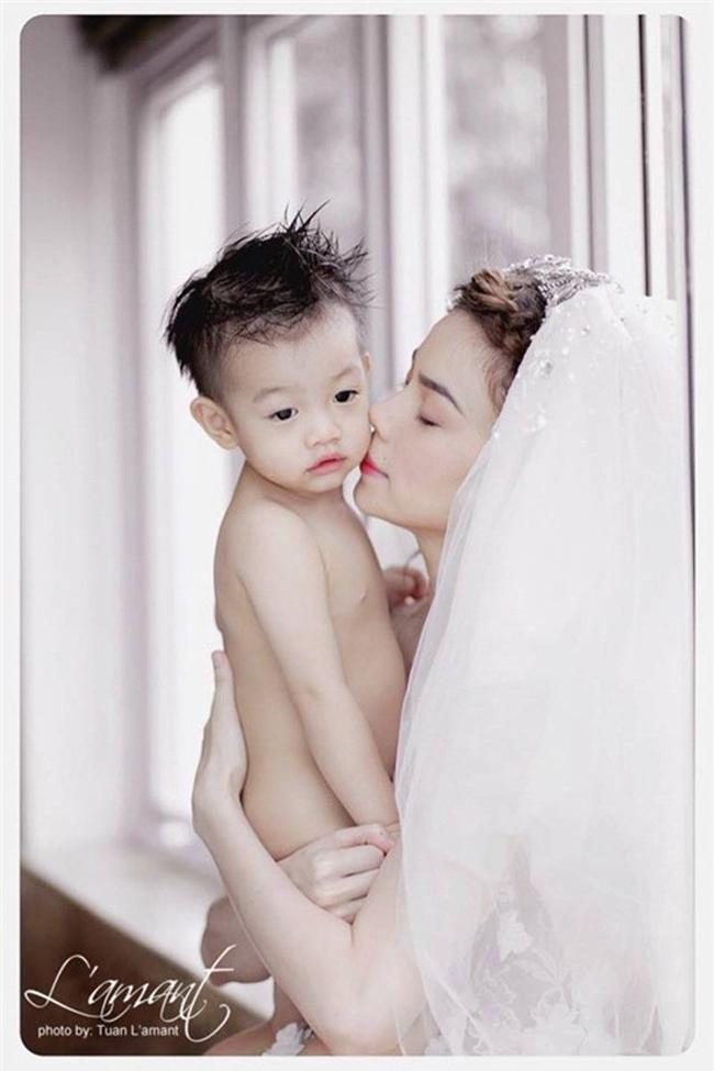 Đây là những tấm ảnh hiếm hoi ghi lại khoảnh khắc ngọt ngào của Hà Hồ và con trai được công bố trên truyền thông.