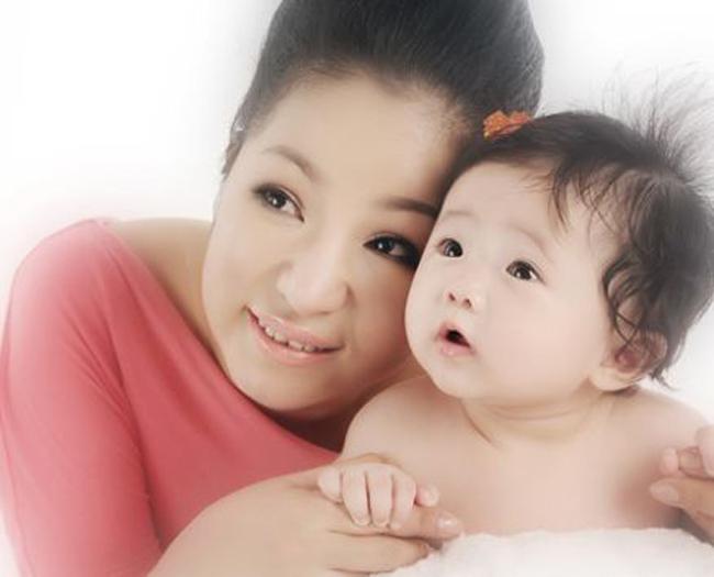 Thúy Nga sinh con gái Nguyệt Cát hồi tháng 5/2011 tại Mỹ.