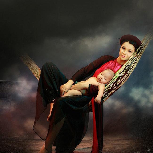 Hạ Vy lả lơi với áo yếm, vấn tóc như người phụ nữ xưa và ôm bé Sukem khi ấy mới hơn 3 tháng tuổi vào lòng