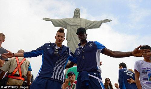 Balotelli và đồng đội đặt chân đến Brazil - 1