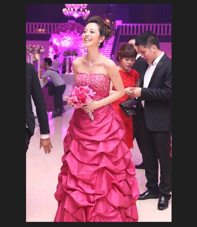 Mỗi chiếc váy mà Jennifer Phạm mặc trong tiệc cưới đều có giá ít nhất từ 600 đến 1.400USD.