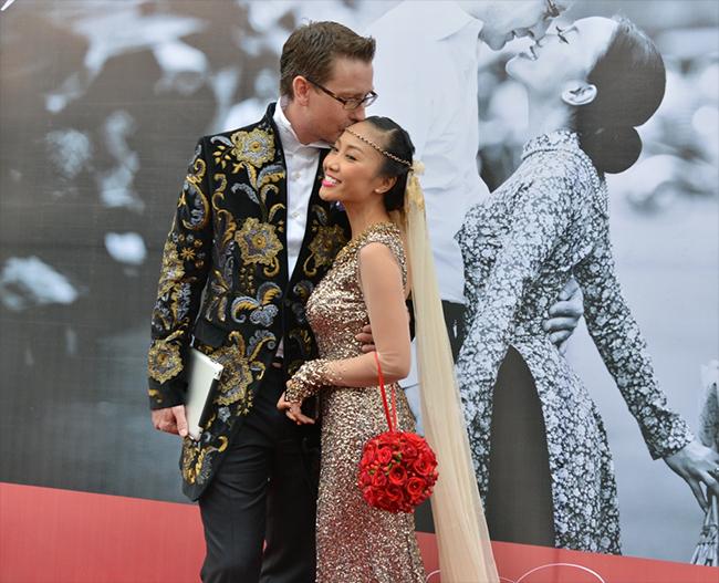 Cô dâu chú rể đều diện trang phục Tây vô cùng sang trọng theo phong cách hoàng gia.