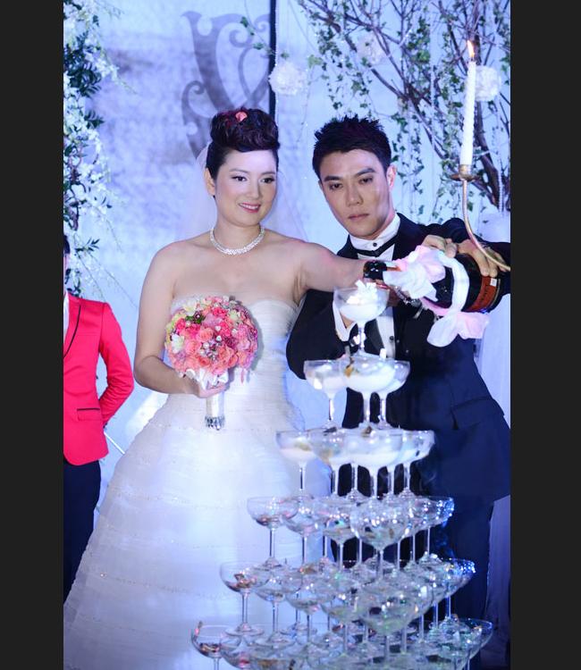 Được biết, khi hôn lễ được diễn ra cũng là lúc Thúy Vinh đang mang thai, vì vậy, chị đã gặp không ít khó khăn khi mặc váy cưới và đi lại bằng guốc cao gót. Đám cưới của Thúy Vinh đã diễn ra rất ấm cúng và hạnh phúc với sự góp mặt của bạn bè và người thân.