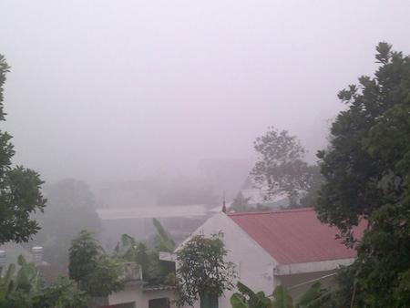 Sương mù dày đặc giữa mùa hạ ở Lào Cai - 1