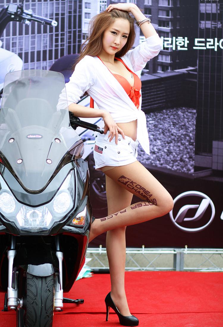 Diễm My 9x 'lột bỏ xiêm y' bên xế sang Chân dài mặc như không tại triển lãm xe Vòng 1 tròn trịa 'khiêu khích' Rolls-Royce Nữ y tá nóng bỏng bên Ducati Monster
