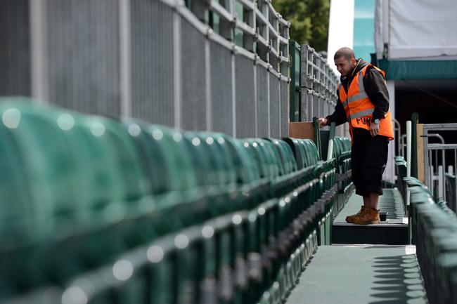 Nhân viên kiểm tra chất lượng của từng ghế ngồi trên sân.