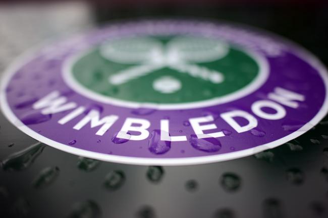 Logo chính thức của Wimbledon với những giọt nước đọng bên trên. Dù giải đấu có mưa thì sân Trung tâm vẫn có thể tiếp tục thi đấu khi có mái che.