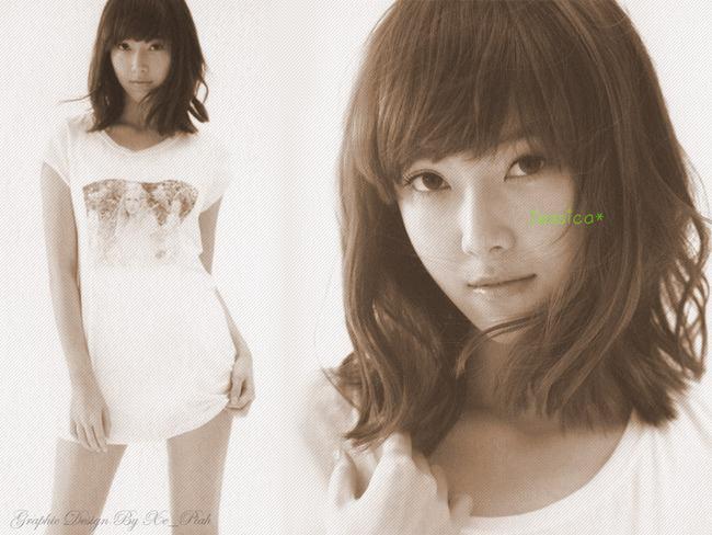 Năm 2000, Jessica và em gái Krystal được SM phát hiện khi đi bộ cùng gia đình ở xung quanh quận Bundang, Seongnam, Gyeonggi-do và được mời tham gia thử giọng. Jessica đã tham gia cuộc thi 2000 SM Casting System và trở thành thực tập sinh tại SM vào cùng năm. Jessica được đào tạo bài bản về ca hát, vũ đạo và diễn xuất tại SM Town trong vòng 7 năm 6 tháng.