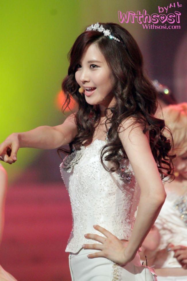 Cô nàng sinh năm 1991 là thành viên trẻ nhất của SNSD và có tên thật là Seo Joo Hyun, sở hữu chiều cao 1,68m,cân nặng 48kg . Năm 10 tuổi, Seohyun được nhân viên tìm kiếm tài năng của SM phát hiện khi đang chờ mẹ ở ga tàu điện ngầm. Sau đó tham gia thử giọng tại SM Town năm 2003 và được đào tạo trong vòng 5 năm 6 tháng tại SM Academy trước khi chính thức ra mắt với tư cách là thành viên của SNSD vào ngày 5 tháng 8 năm 2007.