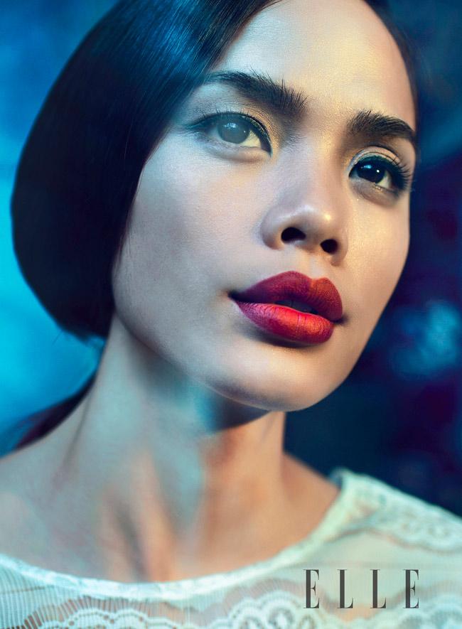 Làn môi đỏ nồng nàn càng giúp Thu Hiền gợi cảm hơn bao giờ hết