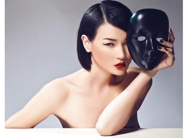 Với Thùy Trang, nơi đuôi mắt cô được nhấn nhá mạnh hơn để tăng độ thu hút