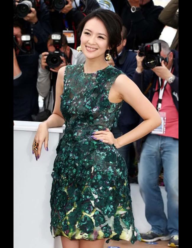 Chương Tử Di có vô số bộ trang sức kim cương đắt tiền nhưng bộ trang sức  vàng hàng khủng đúc đặc cô từng diện tại Cannes được chú ý hơn cả.