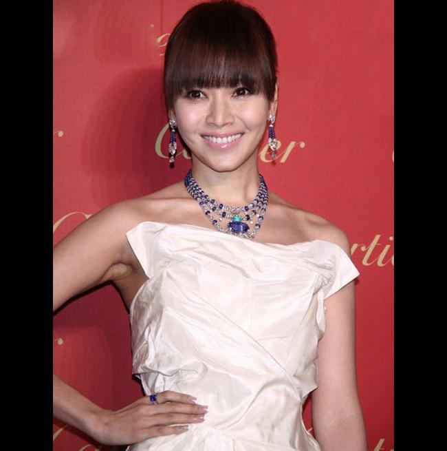 """MC Đài Loan xinh đẹp Hầu Bội Sâm từng tâm sự: """"Phụ nữ đẹp thì phải có  trang sức đẹp làm bạn. Tôi có thể không giàu nhưng trang sức của tôi  chẳng kém cạnh ai'. Trong một sự kiện, cô từng làm nhiều người lóa mắt  khi đeo bộ trang sức nạm ngọc giá 60 triệu Đài tệ (42 tỷ đồng)."""
