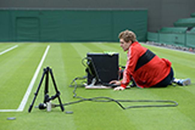 Ngay cả độ ẩm của sân hay những ảnh hưởng khác cũng được kiểm tra kỹ lưỡng.