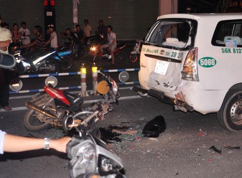 Phóng bạt mạng, xe máy đâm thủng đuôi taxi - 1