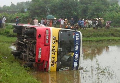 Xe buýt gây tai nạn, 3 người thương vong - 1