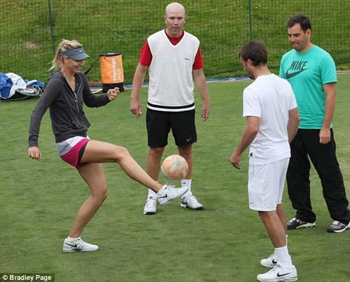 Sharapova thể hiện tài tâng bóng - 1