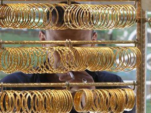 Giá vàng giảm 'sốc', người mua dè dặt - 1