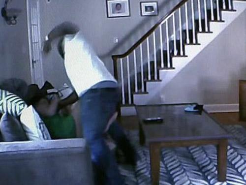 Mỹ: Bị cướp đánh, mẹ chịu đòn thay con - 1